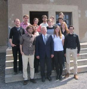 """Studis und Freiwillige mit Gauck vor der """"Häftlingskantine"""""""