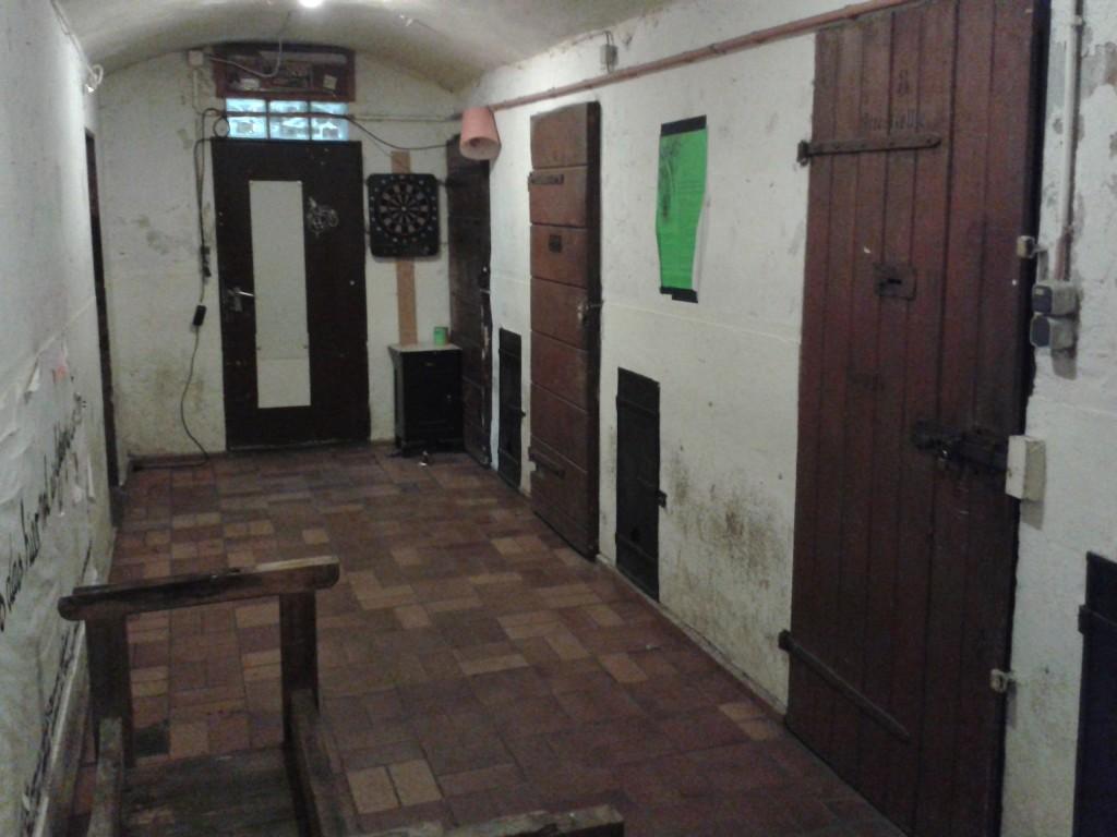 Im Keller des heutigen Oscar-Romero-Hauses sind noch die Türen der SS-Folterzellen aus den 1930er Jahren zu sehen